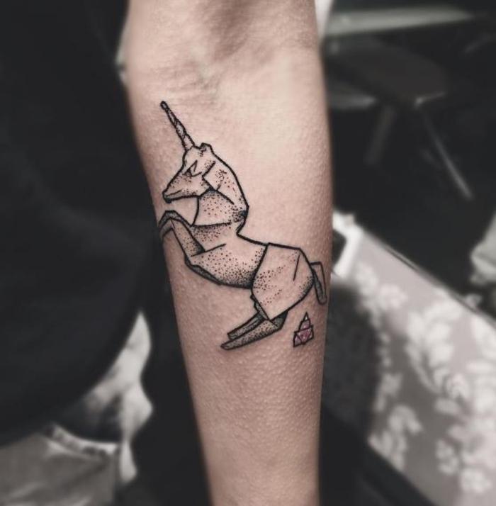 un tatouage géométrique insolite en forme de licorne