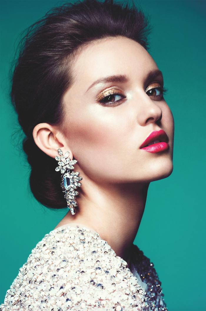 du fard à paupière doré irisé pour un maquillage mariage ultra tendance, une bouche sensuelle teintée de rouge à lèvres couleur baie