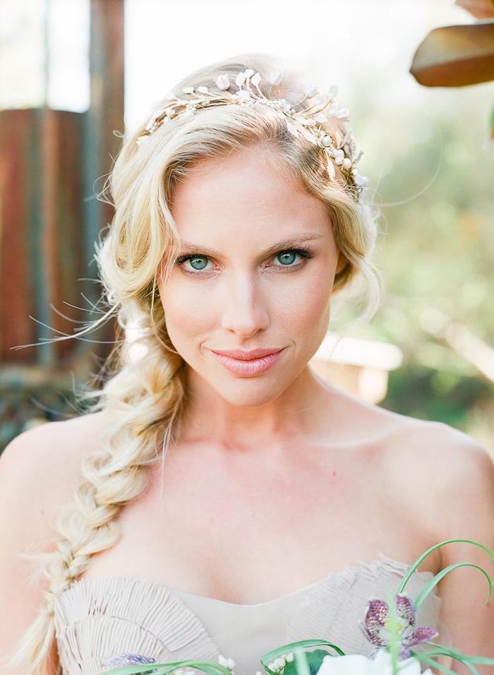un maquillage mariée nude pour un look bohème chic délicat et naturel complété par une coiffure romantique en tresse floue