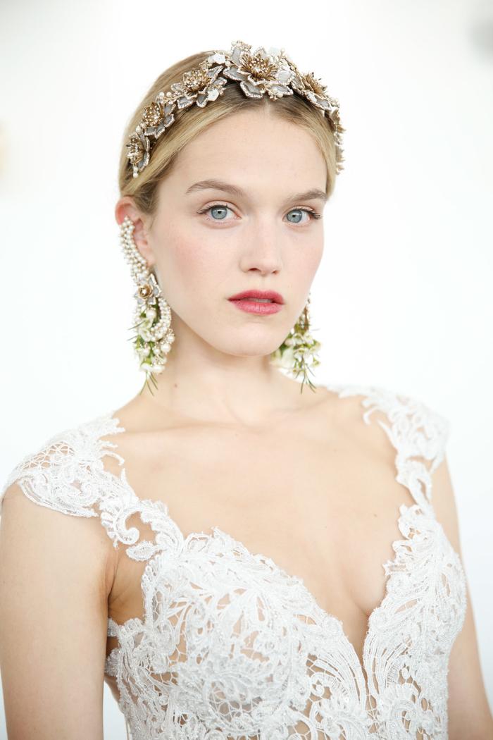 le rouge à lèvres aux nuances baie satinées ou brillantes et un must pour le maquillage mariée tendance