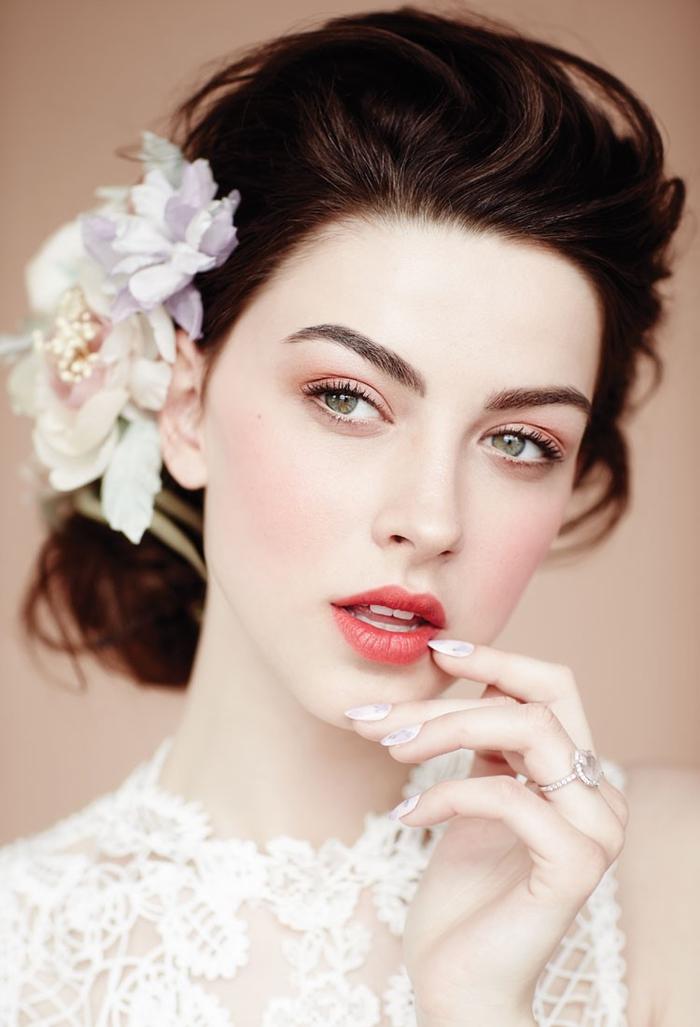 un maquillage mariage romantique aux nuances de pêche avec un accent sur la bouche légèrement glossy et le teint rosé