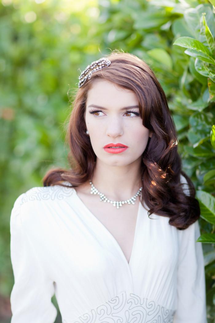 un look de mariage à inspiration vintage avec un rouge à lèvres rouge orangé