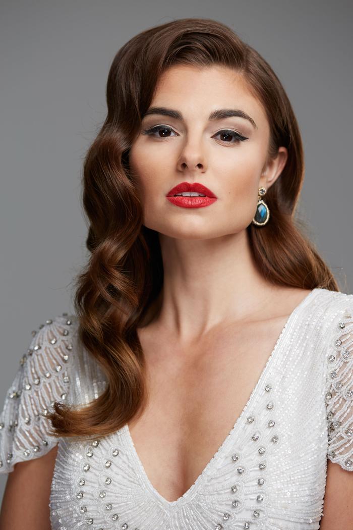 look de mariée vintage glamour complété par un maquillage mariage audacieux
