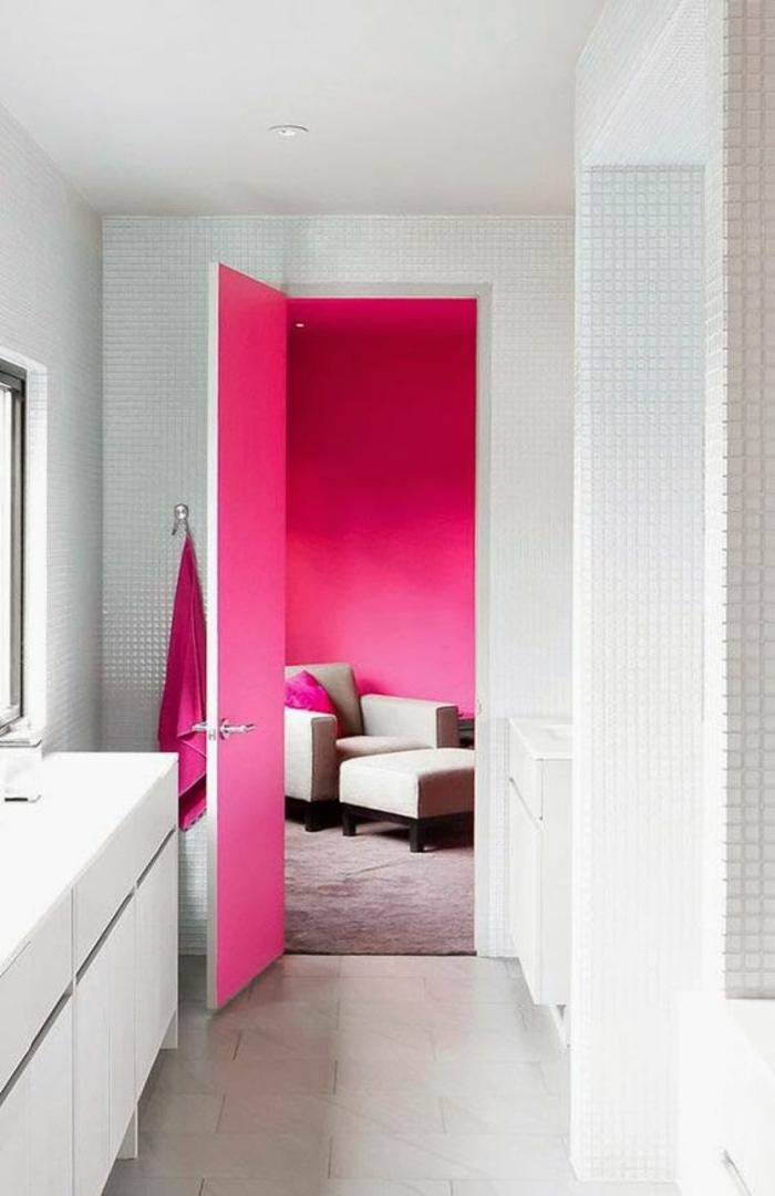 couleur magenta salle de bain qui s ouvre sur un salon aux murs en fuchsia avec des coussins fuchsia sur les meubles