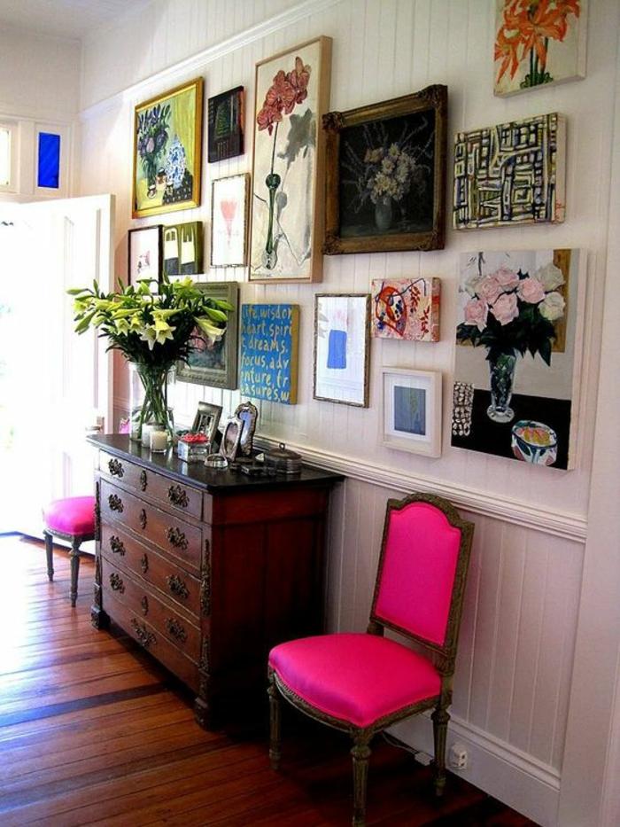 fuchsia couleur deux chaises classiques appuyees sur un mur blanc plein de tableaux entree pop art