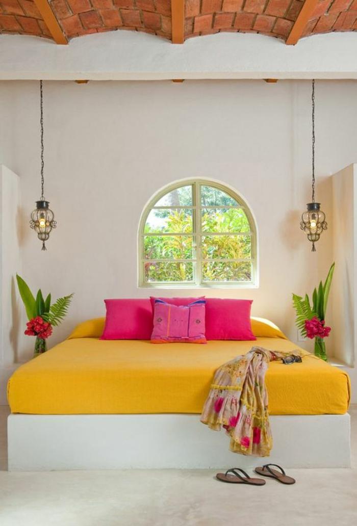 couleur magenta dans une hacienda aux couleurs tropicales et au plafond en briques marron en forme d arques