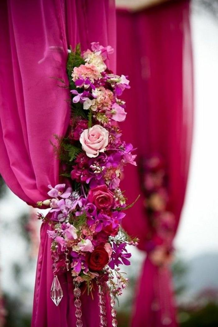 fuschia decoration de rideau embrasse ornee de fleurs en fuchsia et des gouttelettes blanches transparentes