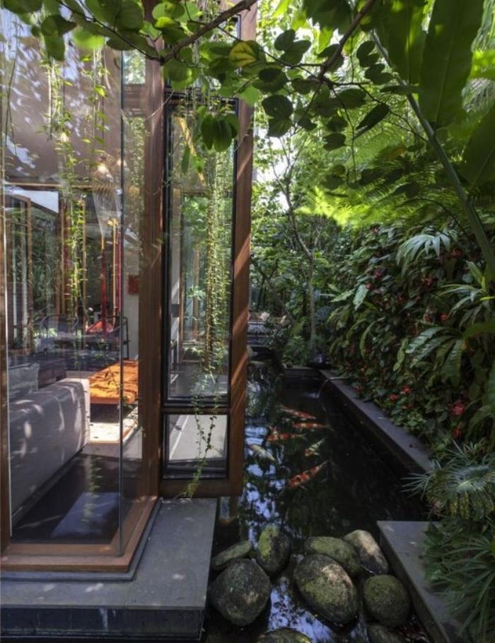 une maison, entourée de bassin carpe koi, pierres, mur végétal, idée déco de jardin zen a créer soi meme