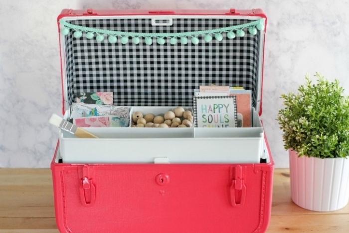 boite diy rangement dans une malle vintage, repeinte en rose, idée comment organiser ses matériaux de bricolage craft