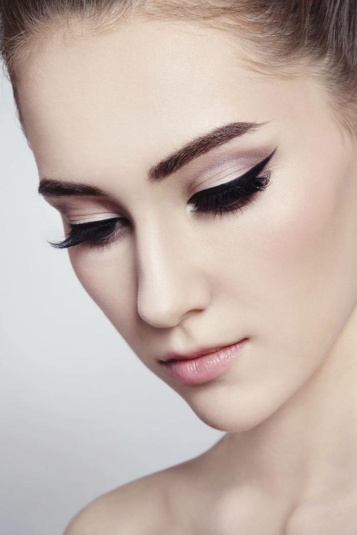 un maquillage mariage sophistiqué esprit rétro, des yeux de chat classiques réalisés avec un trait d'eye-liner posé façon rétro
