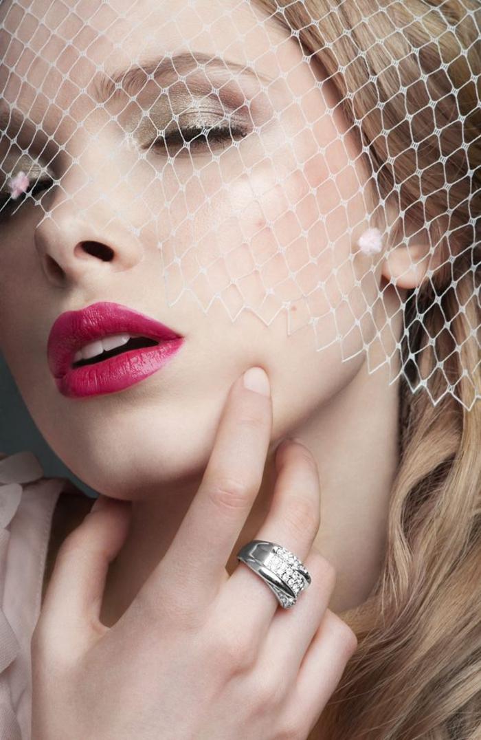 une bouche sensuelle teintée de couleur baie intense avec un maquillage des yeux