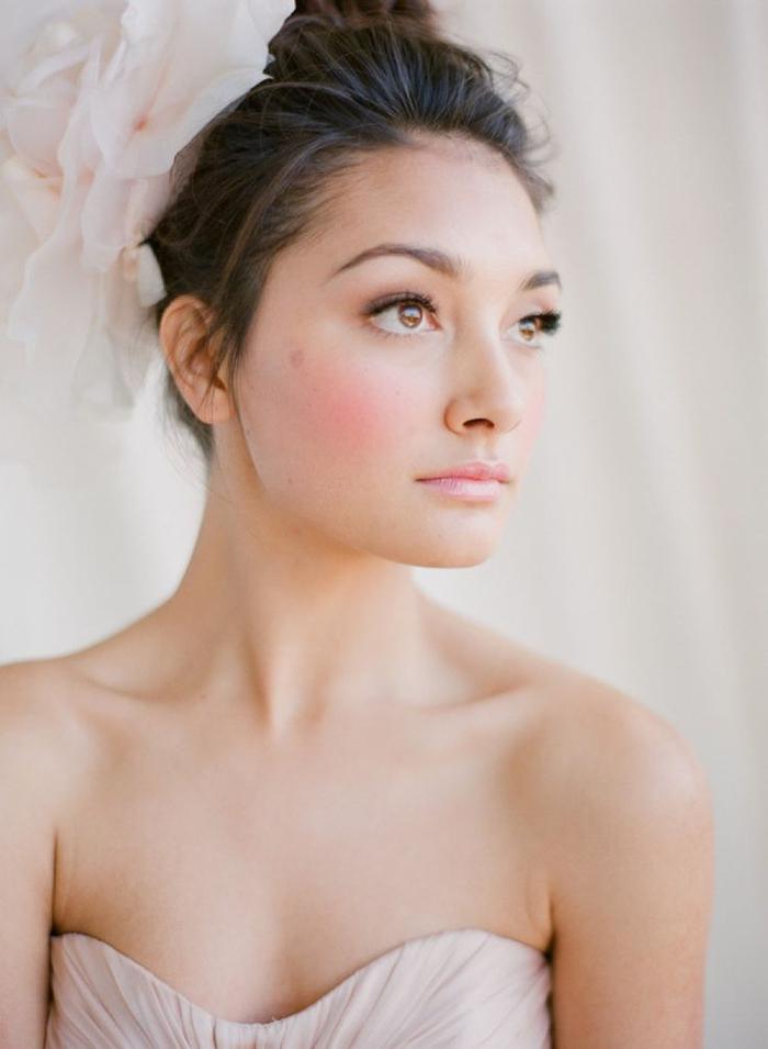 une vision de mariée romantique au teint frais rosé et au maquillage mariage nude
