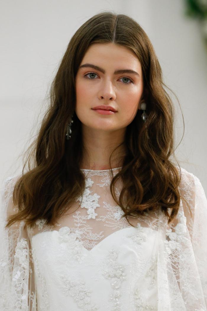 maquillage mariage discret et naturel aux nuances de pêche associé à une coiffure avec des cheveux détachée