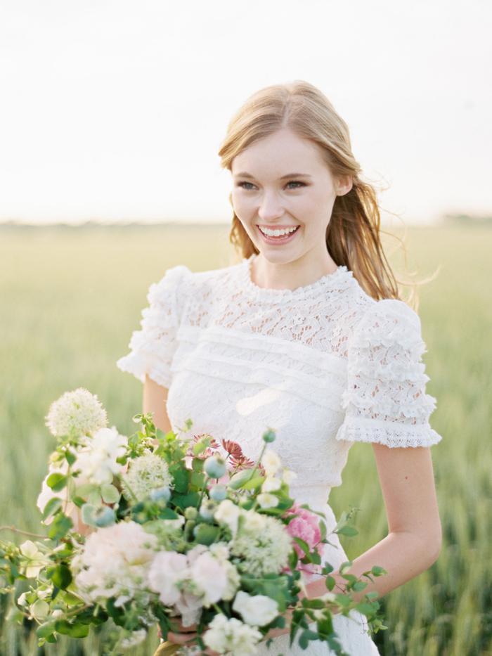 un maquillage mariage tout naturel misant sur un teint diaphane, look de mariée naturel idéal pour un mariage bohème chic