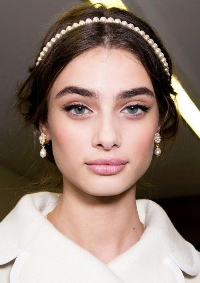 un maquillage mariée romantique qui associe un teint rosé à un regard bien souligné