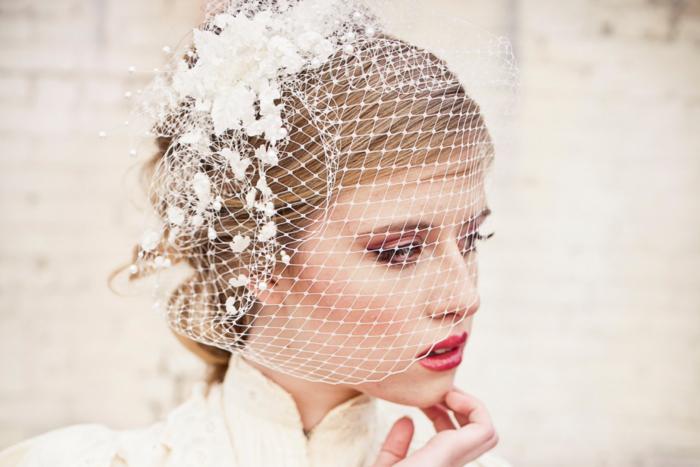 maquillage de mariée audace aux nuances de rose, une bouche sensuelle teintée couleur baie