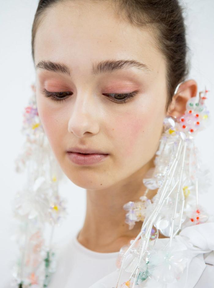 un look de mariée romantique et raffiné au maquillage discret monochrome aux nuances de rose