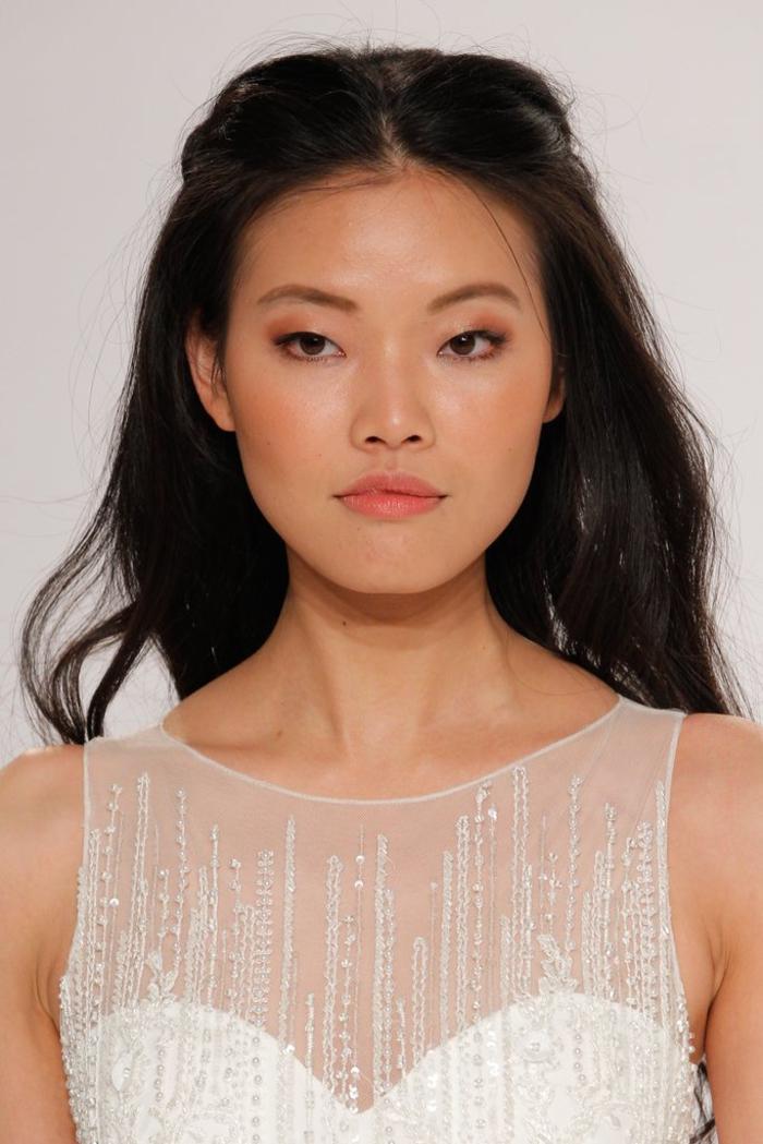 un maquillage discret et naturel avec un teint aux éclats et des pommettes rehaussées de blush couleur pêche