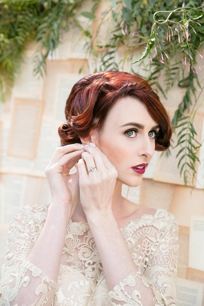 un maquillage mariée à inspiration vintage qui ose la bouche foncé teinte baie et les pommettes rehaussées de blush