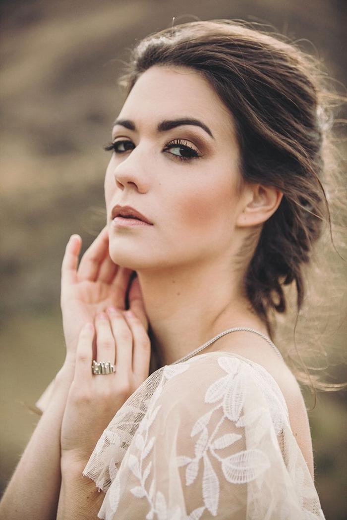 un maquillage mariage naturel et broze, des yeux charbonneux aux nuances de taupe et de mauve