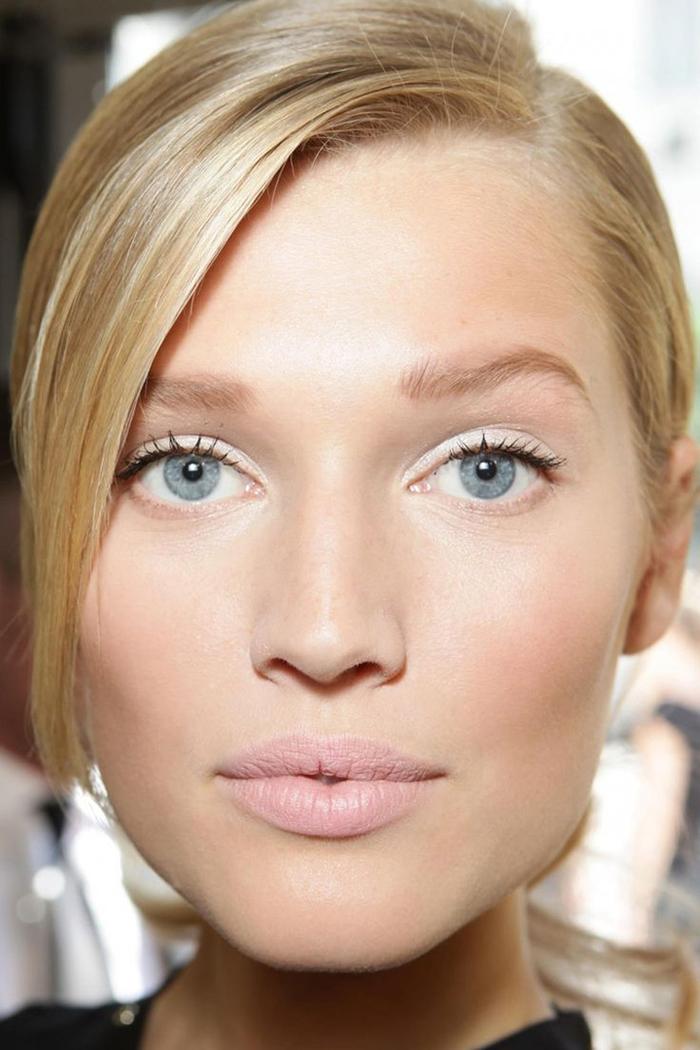 les tendance dans le maquillage mariage associent l'effet nude au fard irisé blanc argent