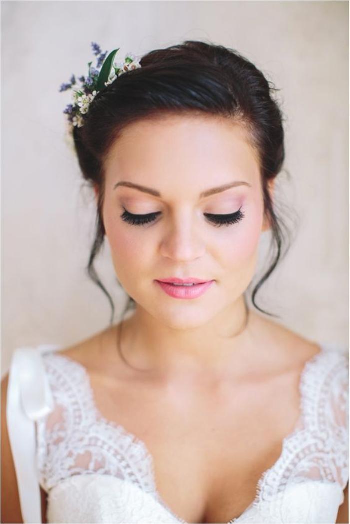 une vision de mariée romantique au teint frais rosé et au maquillage mariage monochrome