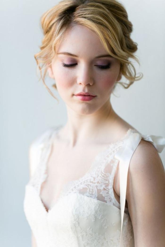 maquillage mariée monochrome réalisé avec du fard à paupière rose nacre et une baume à lèvre rose