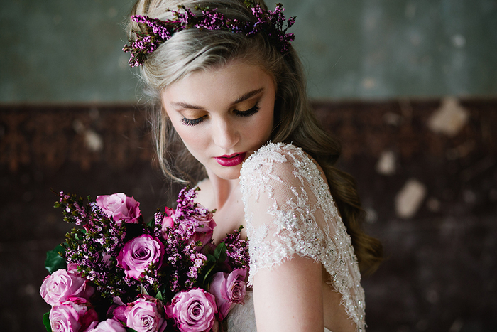 un look de mariée romantique qui ose le maquillage cuivré sur les yeux et une bouche foncé tendance