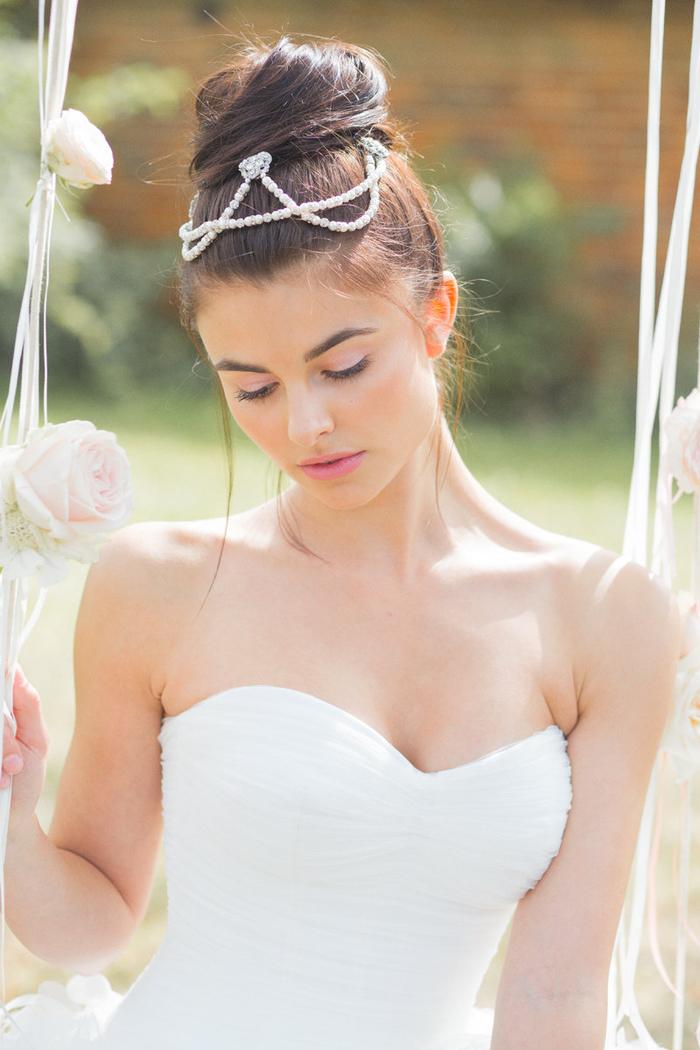 un maquillage mariée monochrome avec des lèvres et des paupières rose poudré, look de mariée romantique et discret