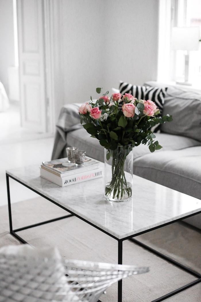 meuble scandinave, aménagement salon en blanc et gris, table de salon en noir et marbre, lampe de chevet blanche