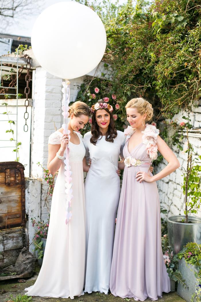 jolie robe de fille d'honneur de style empire aux nuances douces de rose et bleu
