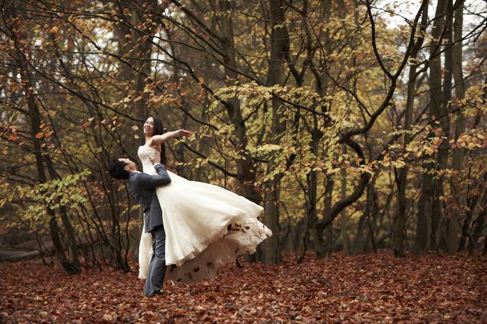 de belles idées de photos mariage pour mariage d'automne, photo de couple poétique dans la forêt automnale