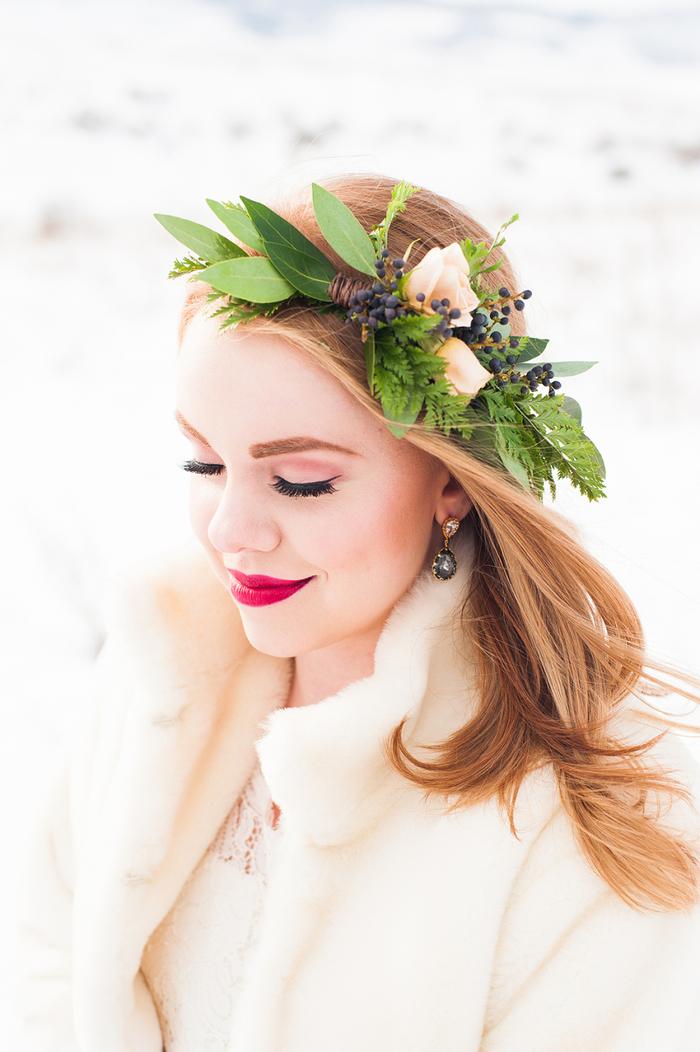 le maquillage mariée des femmes rousses permet de mettre des couleurs foncées sur les lèvres comme le rose fuchsia