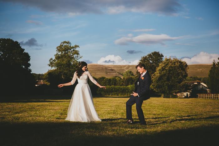 une séance photo champêtre, photo de couple de mariés dansant originale