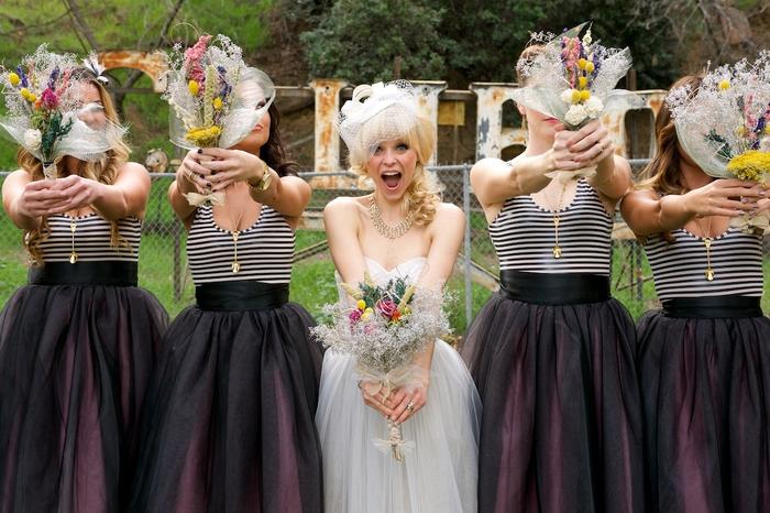 une jolie photo mariage d'une mariée d'un look original entourées de ses demoiselles d'honneur vêtues en jupes
