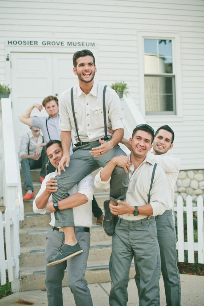 une photo mariage décontractée du marié et les témoins de mariage