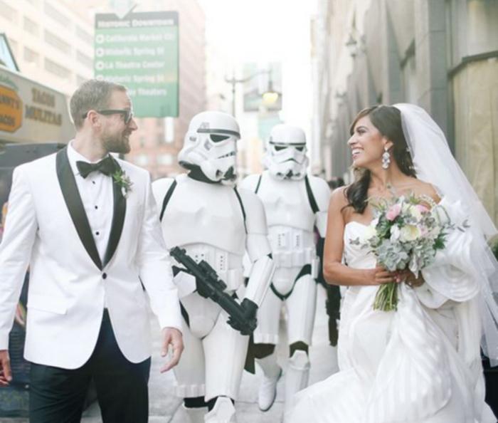 un mariage geek sur thème star wars, photo de couple de mariés accompagnés de soldats imprériaux