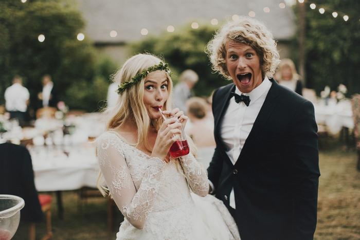 un mariage original de style bohème chic, photo de couple rigolote