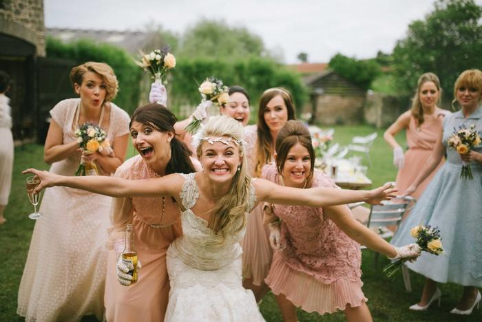 un mariage original d'esprit vintage, photo originale de la mariée avec ses demoiselles d'honneur qui ont l'air de s'éclater