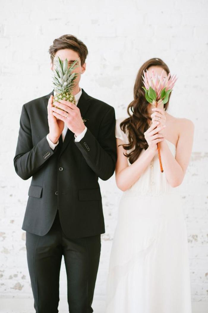 une photo de couple créative, mariage original sur thème tropicale