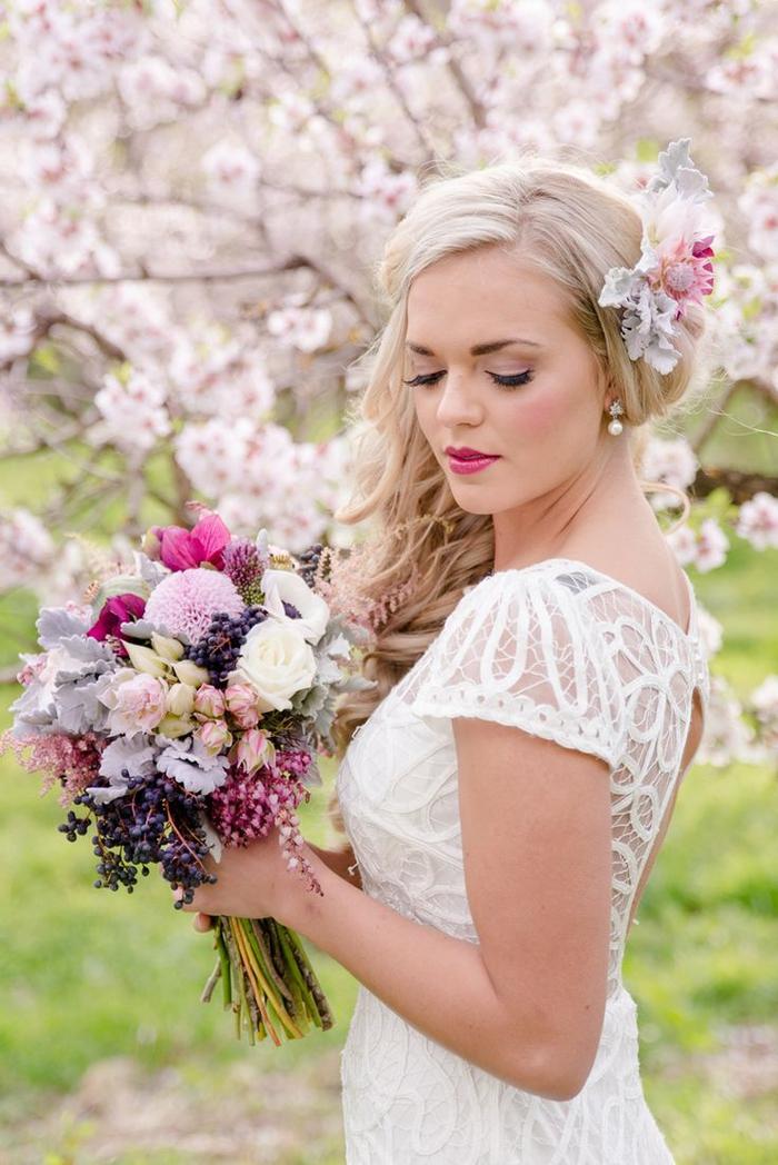 joli maquillage mariée avec une bouche couleur rose fuchsia et un teint rosé