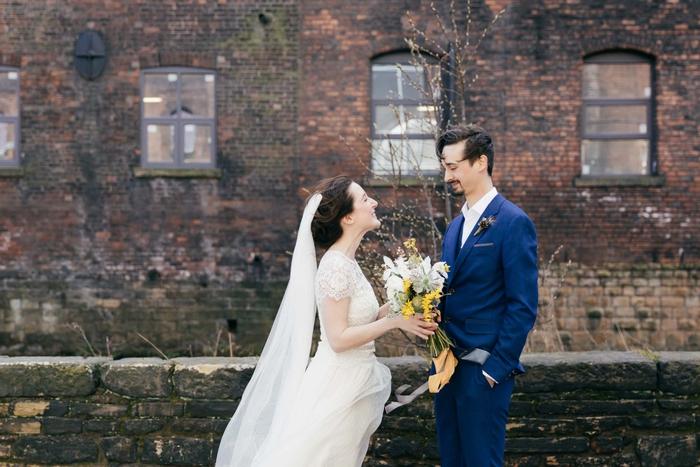 une photo de couple de mariés décontractée dans un cadre urbain