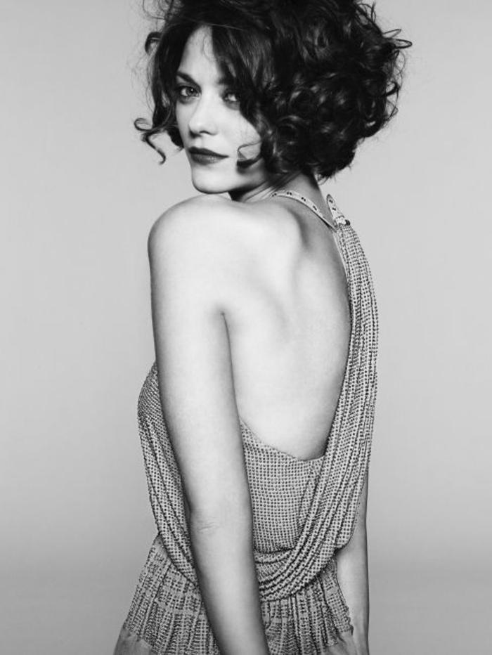 marion cotillard, coupe courte femme, coiffure vintage chic, carré plongeant court bouclé, cheveux chatain foncé
