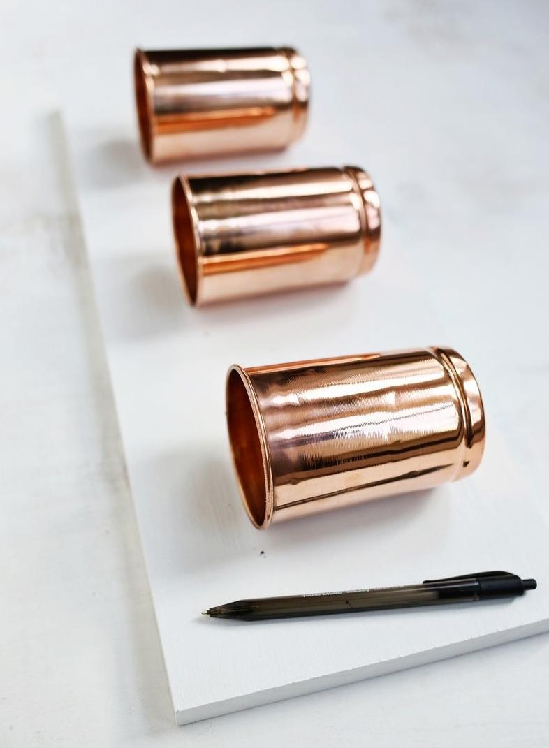 fabriquer un rangement maquillage soi meme, à partir de pots de cuivre rangés sur une planche en bois, marquer l emplacement