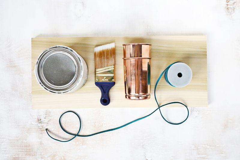 rangement maquillage diy à fabriquer soi meme, planche en bois clair, pinceau, pot de cuivre, cordon bleu, peinture, bricolage facile