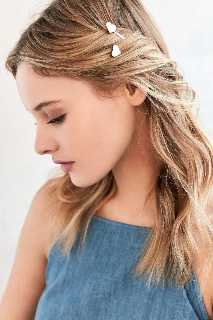 mèches de devant attachées en arriere avec des pinces à cheveux en forme de coeur, idée coiffure cheveux mi long