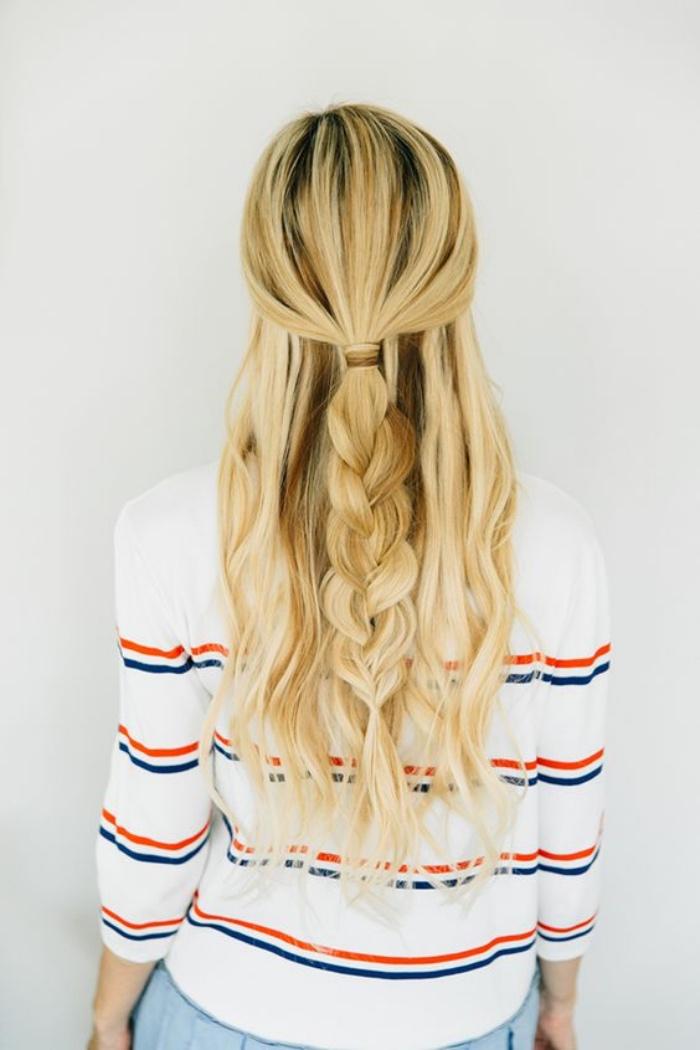 queue de cheval qui finit en tresse simple sur le fond de cheveux blond lâchés, balayage blond femme