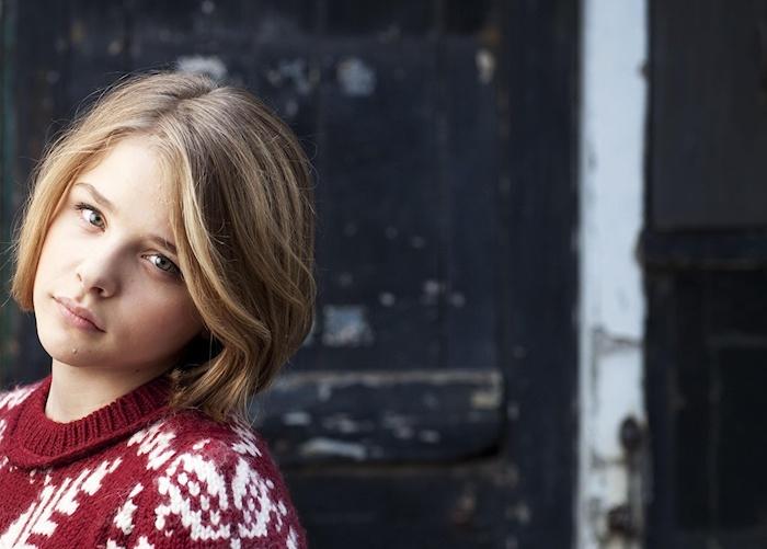 couleur de cheveux tendance, coupe carré racines foncées et mèches blondes, pull over femme en rouge et blanc