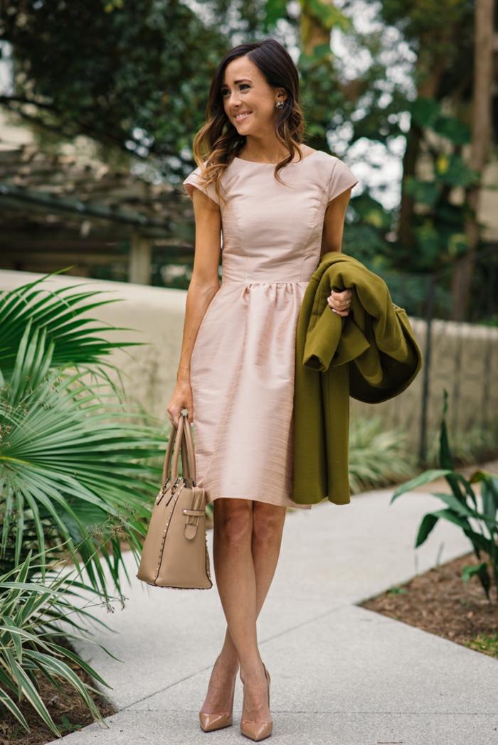 S habiller bien pour mariage invitée robe quelle tenue choisir chic robe courte rose poudrée chaussures à talon couleur nude