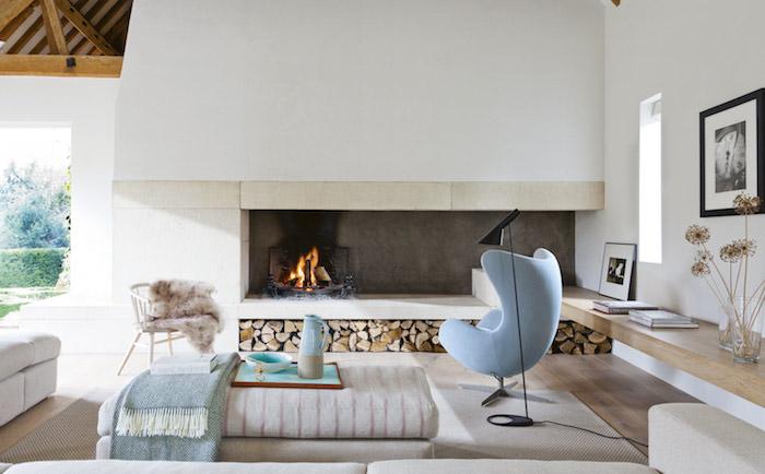 décoration scandinave, plafond avec poutres en bois, murs peints en blanc, chaise en bleu claire, parquet en bois clair